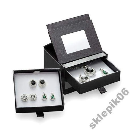 Set bijuterii Ella ( lantisor, 3 medalioane& perechi cercei) Avon