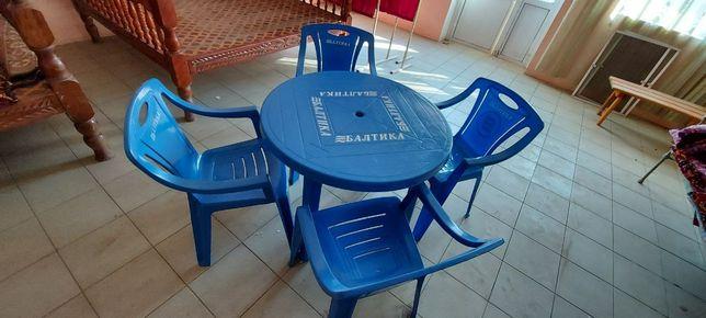 Пластиковый стол и стулья
