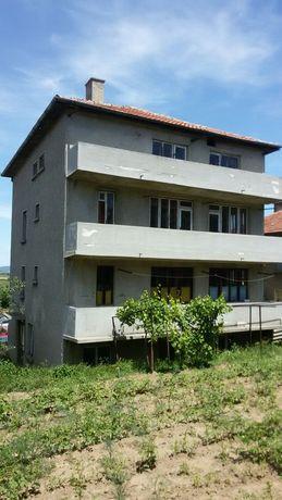 Продавам 4-етажна къща със два гаража и дворно място.