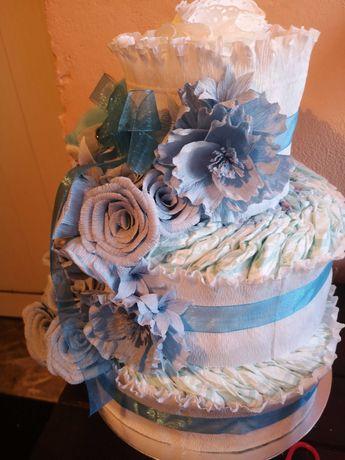 Торта от памперси с цветя от креп хартия