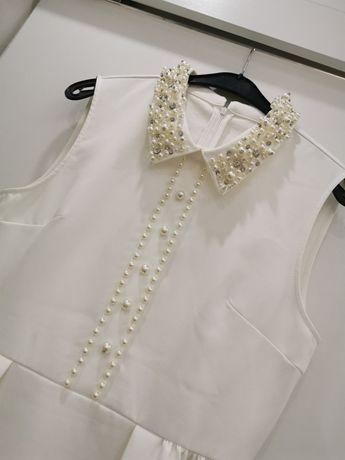 Бяла рокля с камъни, отговаря на М-Л размер.