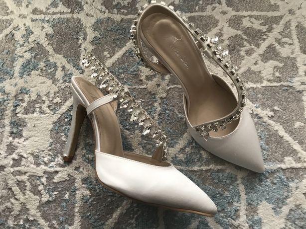 Продам женский белый туфли