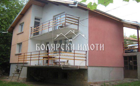 Санирана къща с голям двор в село Катранджии