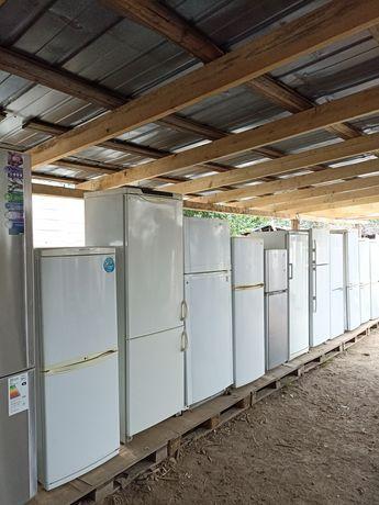 Много разных холодильников
