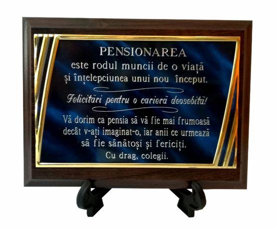 placheta aluminiu personalizata pe suport de lemn - cadou pensionare