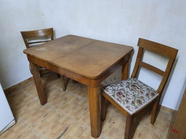 Masa din lemn cu doua scaune .PRET 250 RON redus de la 300RON