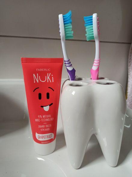 Порцеланова поставка за четки за зъби