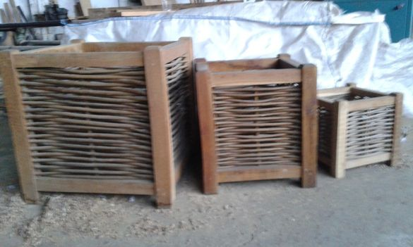 Старинни дървени кашпи, огради от дъбови греди и пръчки ракита