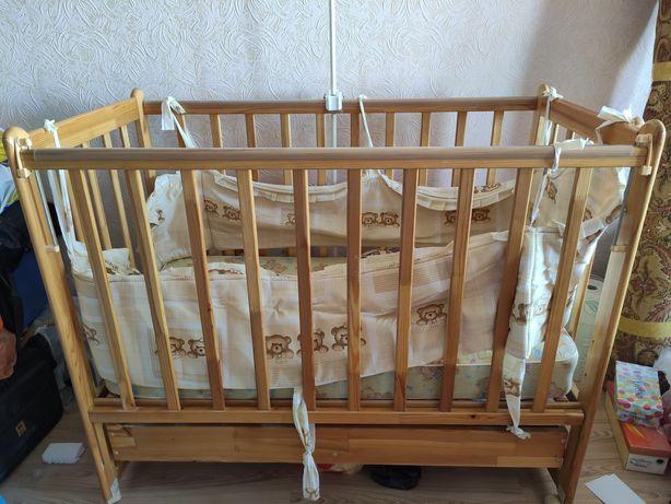 Детская кроватка с подарками