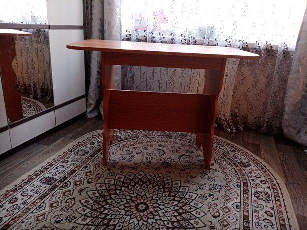 Продам кухонный стол с пуфиком