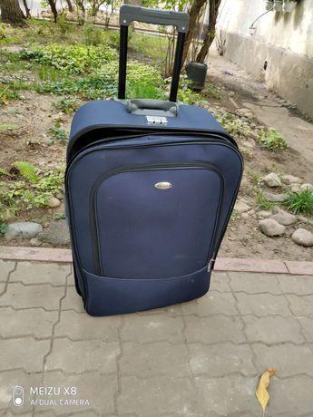 Чемодан синий для багажа