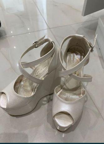 Високи сандали