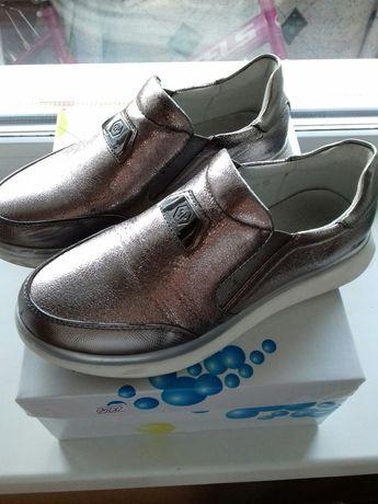Продам туфли на девочку размер 33