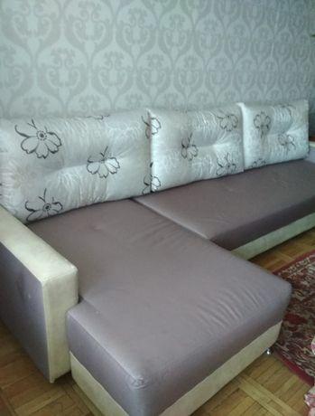 Угловой диван в гостиную/зал