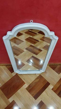 Огледало с дървена рамка