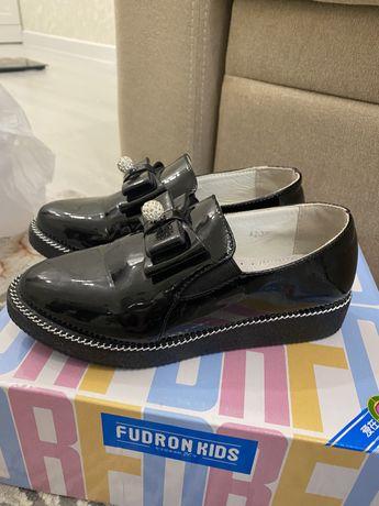 Продам школьные туфли на девочку
