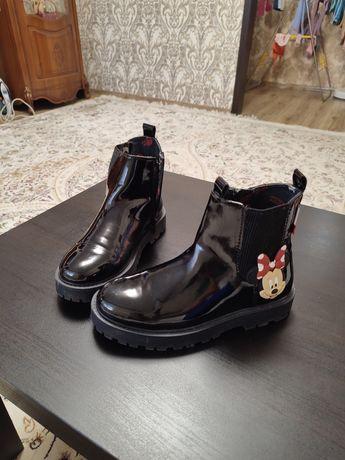 Демисезонную обувь ZARA на девочку.