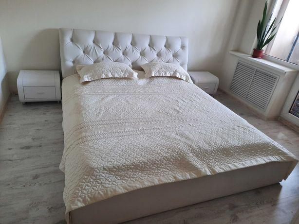Продам белую двухспальную кровать c тумбочками