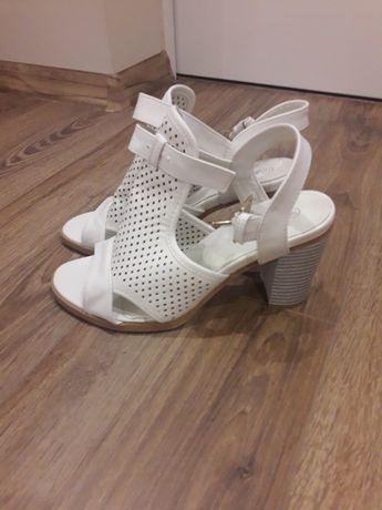 Чисто нови бели сандали