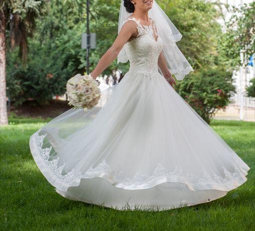 НАМАЛЕНА ЦЕНА! Дизайнерска булчинска рокля от испанска дантела