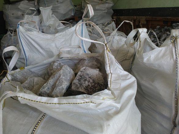 каменна сол на буци