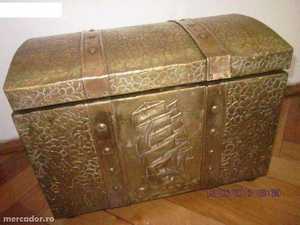 Lada de zestre veche englezeasca cu tabla de alama in basorelief