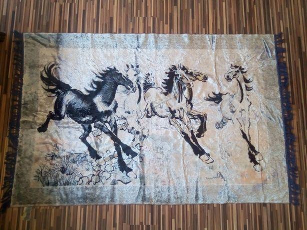 Vand carpeta plusata de perete - cai in galop