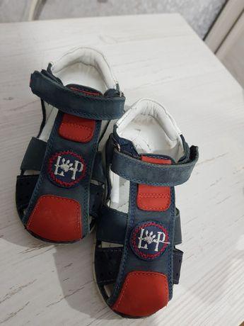 Продам детские кожаные сандали