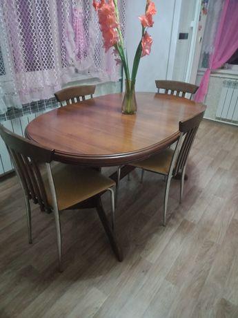 Продам деревянный,раскладной стол и четыре стула