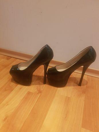 Лачени обувки на много висок ток