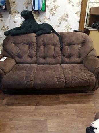 Мягкий уголок и два кресла.