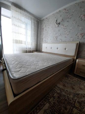 Продам спальную кровать с тумбами