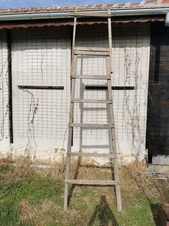 Продавам дървена стълба