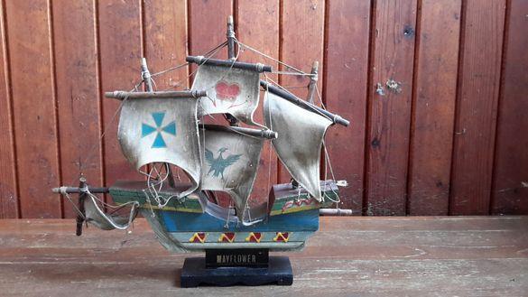 Малък дървен кораб има леки забележки