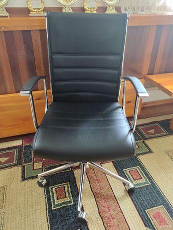 Офисное кресло кожаное. (Новый)