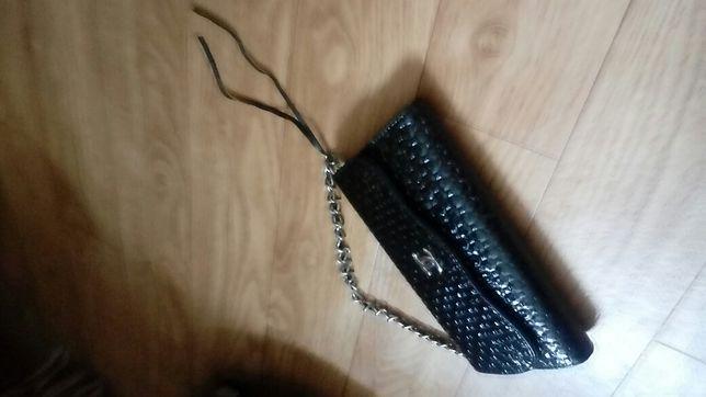 Сумочка чёрного цвета лакированная,  внутри отдел, а также сумочка бар