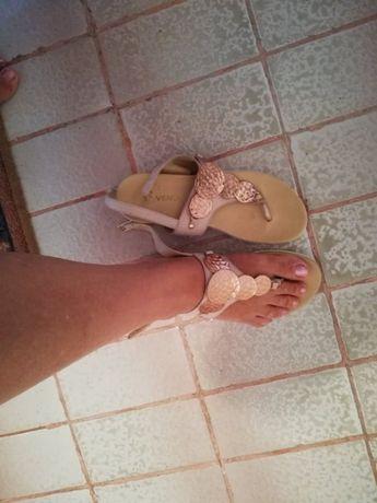 Sandale din piele.