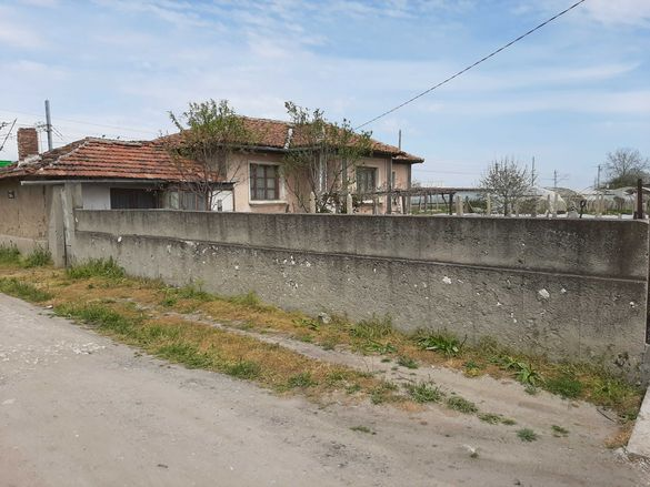 Продава се къща с двор