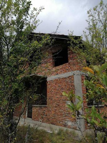 Малка вила с голям двор в района на гара Костандово