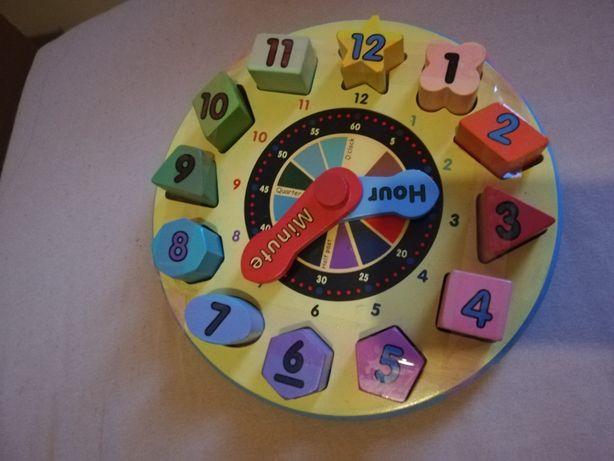 Ceas din lemn cu numere diferite forme