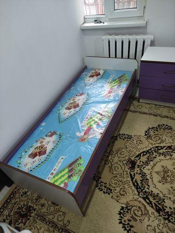Кровать и комод для детской комнаты