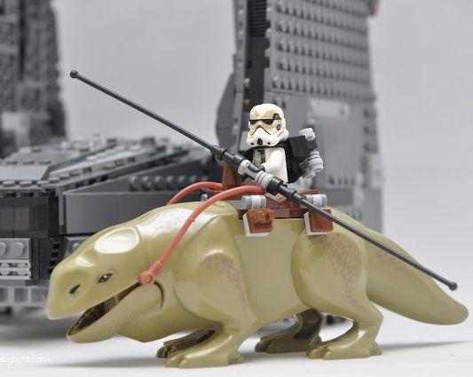 Minifigurine noi tip Lego Star Wars patrula Dewback de pe Tatooine