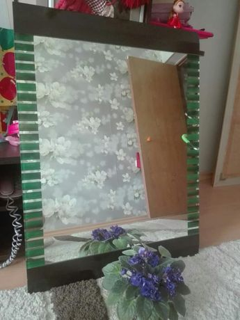 Зеркало красивое с зеленым обрамлением