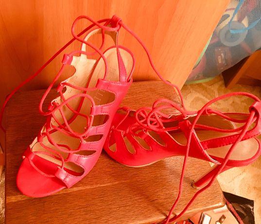 Vând sandale roșii !