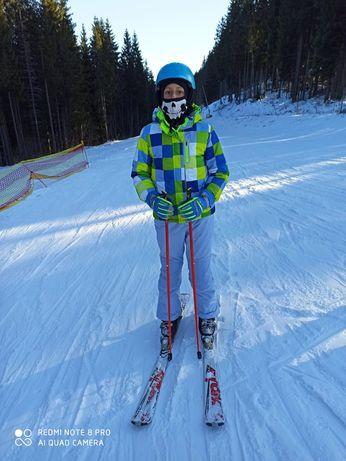 Costum schii complet, schiuri, bețe, clăpari, casca.