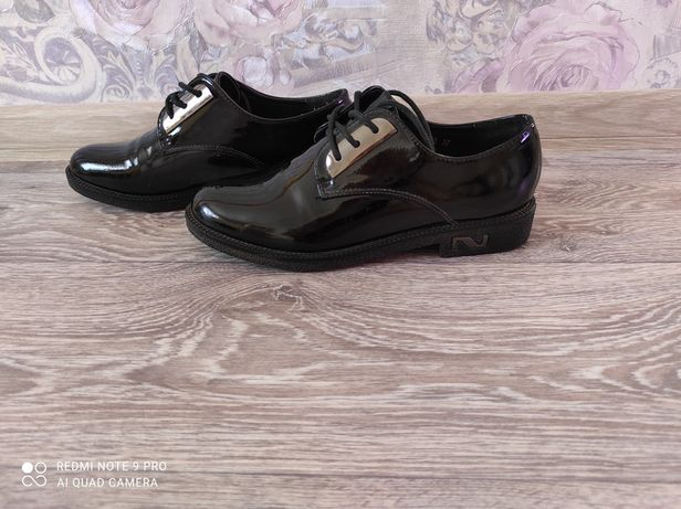 Продам лаковые ботинки
