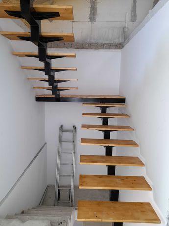Scari metalice de interior cu trepte din lemn