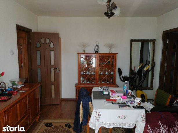 Semidecomandat , 3 camere , etajul 2/4 , zona Rovine.