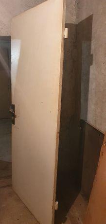 Външна желязна врата