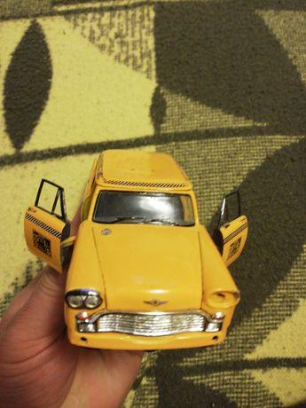 Mașinuța din tablă de colecție